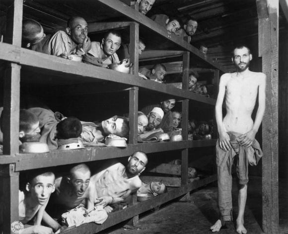 Sklavenarbeiter im KZ Buchenwald nahe Jena; viele waren an Unterernährung gestorben, als U.S. Truppen der 80th Division das Lager betraten (16. April 1945)
