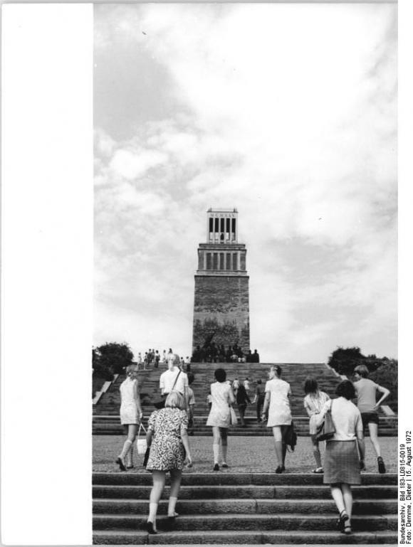 Bundesarchiv Bild 183-L0815-0019, Gedenkstätte Buchenwald, Glockenturm