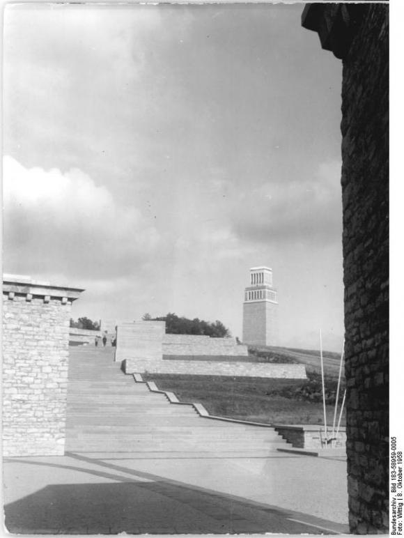 Bundesarchiv Bild 183-58959-0005, Gedenkstätte Buchenwald, Stelenweg, Glockenturm