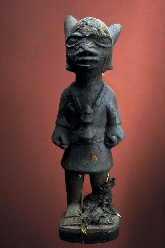 Statuette représentant un Orisha ( divinité ), culture Yoruba, fin du 19ème siècle. Provient d´Abeokuta au Nigéria. Musée africain de Lyon.