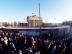Brandenburger Tor am 1. Dezember 1989. Das Tor ist von der Ostberliner Seite bereits frei zugänglich, die offizielle Öffnung des Übergangs zum Westen am 22. Dezember steht noch bevor.