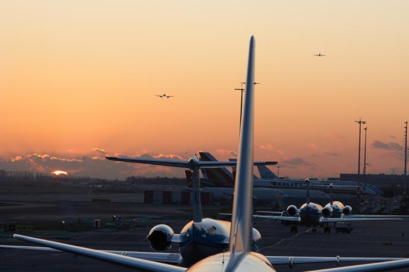 Airplanes inbound to Schiphol runway 06 during sundown