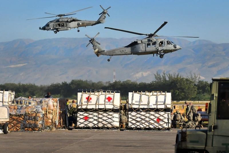 U.S. Navy verfrachtet Trinkwasser vom Flughafen in die Stadt Port-au-Prince (18.1.2010)