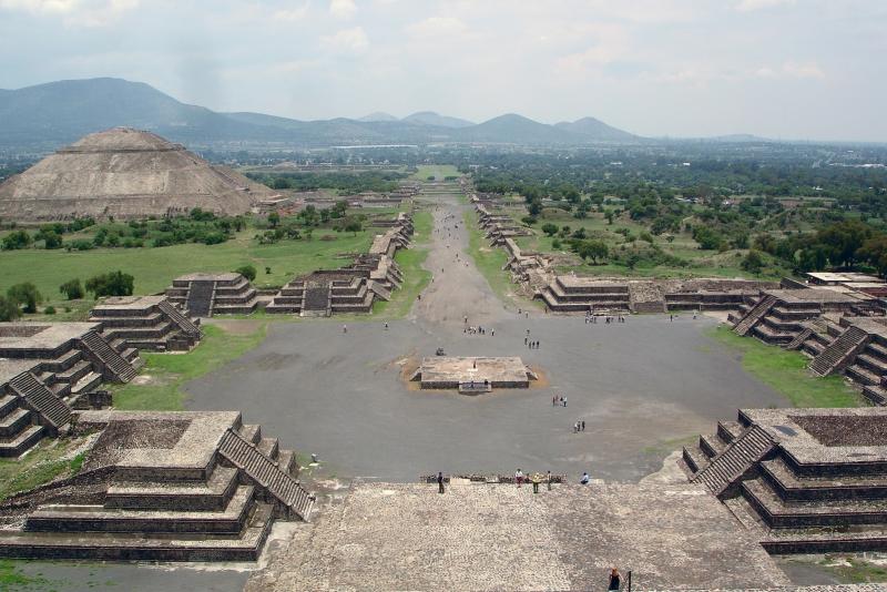 Sicht auf die Mondpyramide (von der Sonnenpyramide aus)