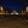 Louvre Innenhof bei Nacht
