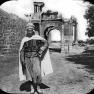 Bogen von Caracalla, Mann in traditioneller Tracht