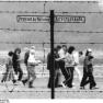 Gedenkstätte Buchenwald, Stacheldrahtzaun, Wegweiser (29 August 1989)