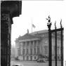 Bundesarchiv Bild 183-51110-0002, Berlin, Deutsche Staatsoper, Trauerbeflaggung