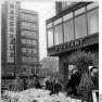 Bundesarchiv Bild 183-92452-0002, Berlin, Alexanderplatz, HO-Warenhaus, Blumenstand