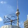 Die Weltzeituhr (Urania-Weltzeituhr)am Alexanderplatz in Berlin mit dem Fernsehturm im Hintergund.
